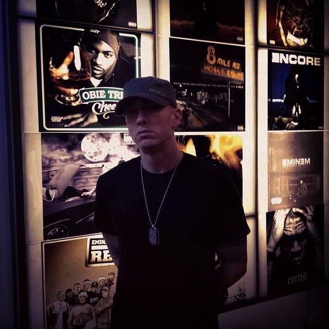 Pochi minuti fà è stata caricata sul web una semplice foto di Eminem alla Shady Records.
