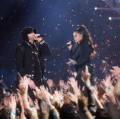 Eminem si esibisce agli iHeart Radio Music Awards con Kehlani