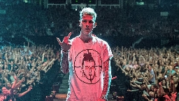 Machine Gun Kelly fischiato dal pubblico durante la performance di Rap Devil, il dissing a Eminem